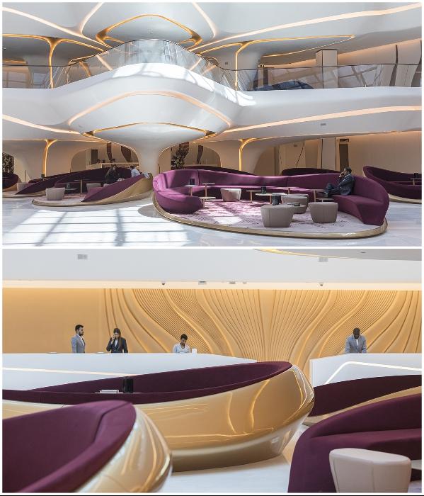 Оригинальные столы-платформы созданы из переработанной древесины («The Opus», Дубай). | Фото: zaha-hadid.com/ © Laurian Ghinitoiu.