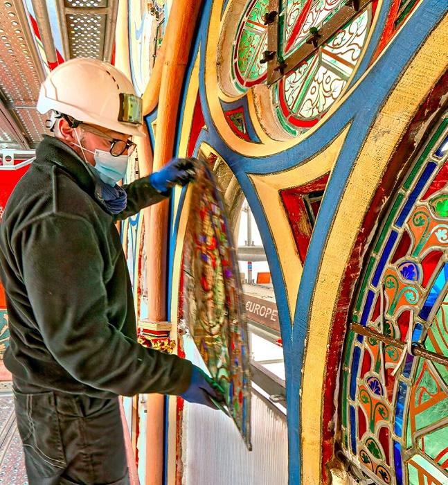 Витражи снова будут украшать Notre-Dame de Paris. | Фото: lepelerin.com.