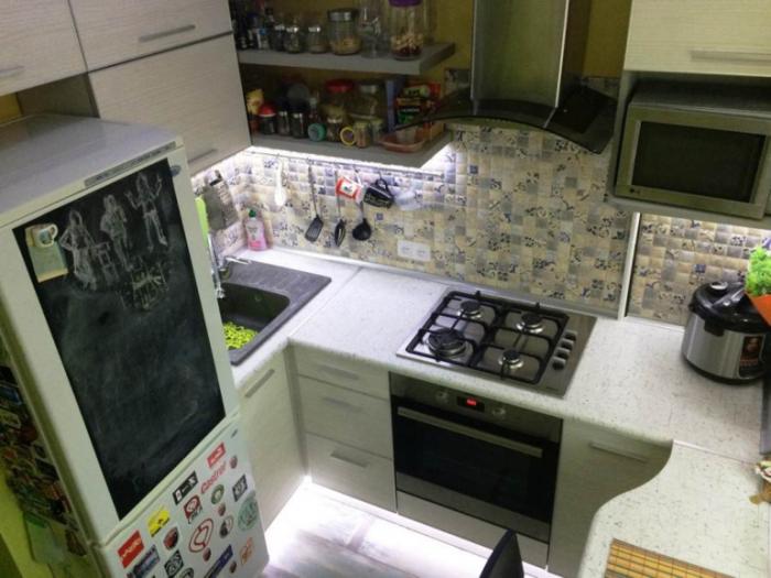 Сразу же за холодильником установили столешницу с мойкой из искусственного камня. | Фото: nashem.mediasole.ru.