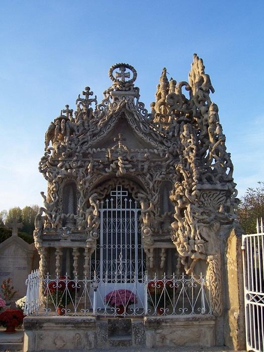 Усыпальница на территории кладбища, созданная Фердинандом.