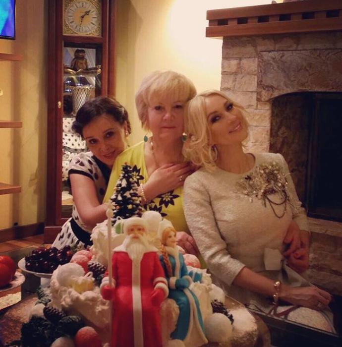 Лера со своей мамой и сестрой в гостиной загородного дома. | Фото: instagram.com.