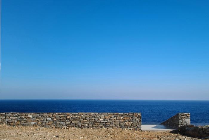 Если смотреть на дом со стороны утеса, его заметить невозможно (Ncaved House, о-в Серифос). | Фото: archdaily.com.