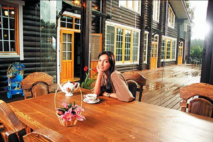 Терраса перед домом - любимое место общения и отдыха певицы. | Фото: zen.yandex.ru.