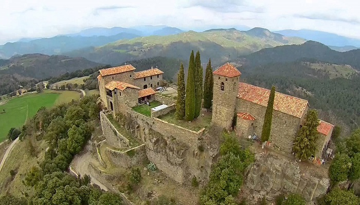 На северо-востоке Пиренеев в местечке Рипольес открылся необычный отель в средневековом замке («Castell de Llaes», Испания). | Фото: creativcastle.com.