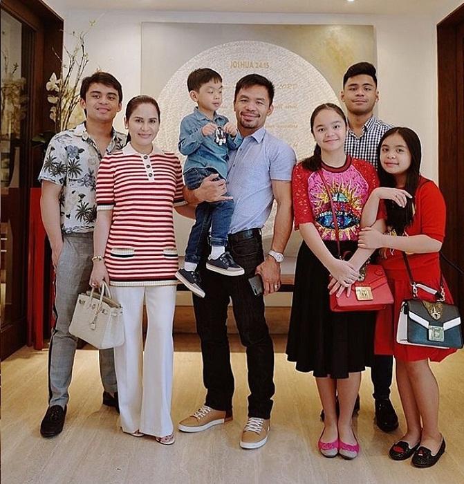 Его большая семья одобряет и поддерживает все благие начинания.