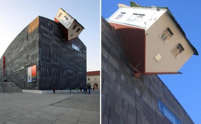 Перевернутый «Атакующий дом» в Вене (Австрия).