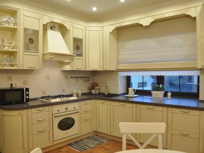 Рабочая зона с вместительными тумбами вместо подоконника помогут более рационально использовать площадь кухни. | Фото: dizainkyhni.com.