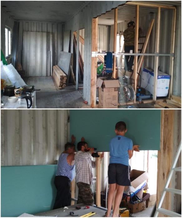 Утепление стен очень трудоемкий процесс, требующий помощников. | Фото: stena.ee.