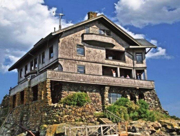 Теперь в доме на скале очень много гостей, которым всегда рады хозяева (Clingstone House, залив Наррагансетт). | Фото: telegraf.com.ua.