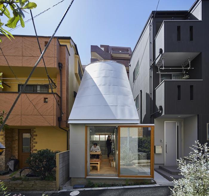 На площади 29,9 кв. м. известному архитектору удалось построить крошечный дом «Love2House» для своей семьи (Токио, Япония). | Фото: hosakatakeshi.com.