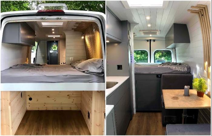 Двуспальная кровать и вместительная тумба под ней расположены в задней части фургона. | Фото: bestlifestylebuzz.com.