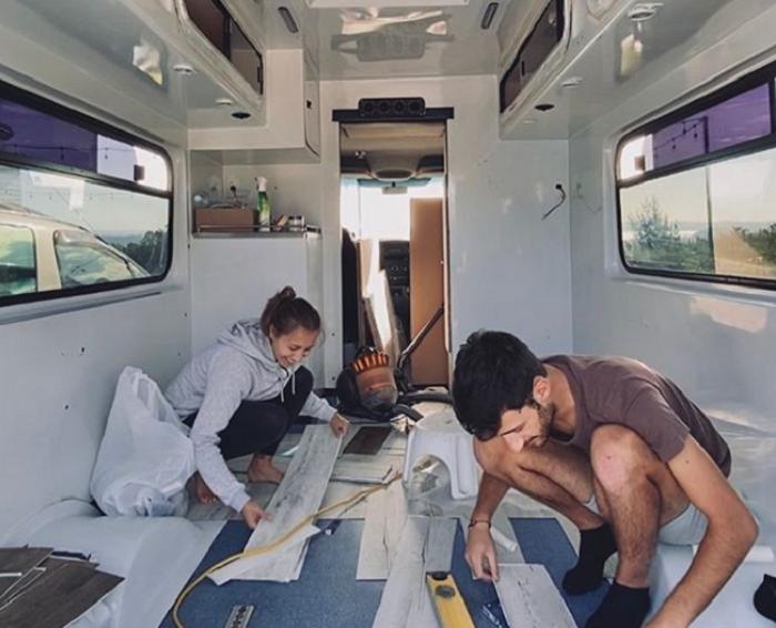 Чтобы в доме на колесах было комфортно, сделали тепло- и шумоизоляцию. | Фото: instagram.com/ © ontheroad_trip_again.