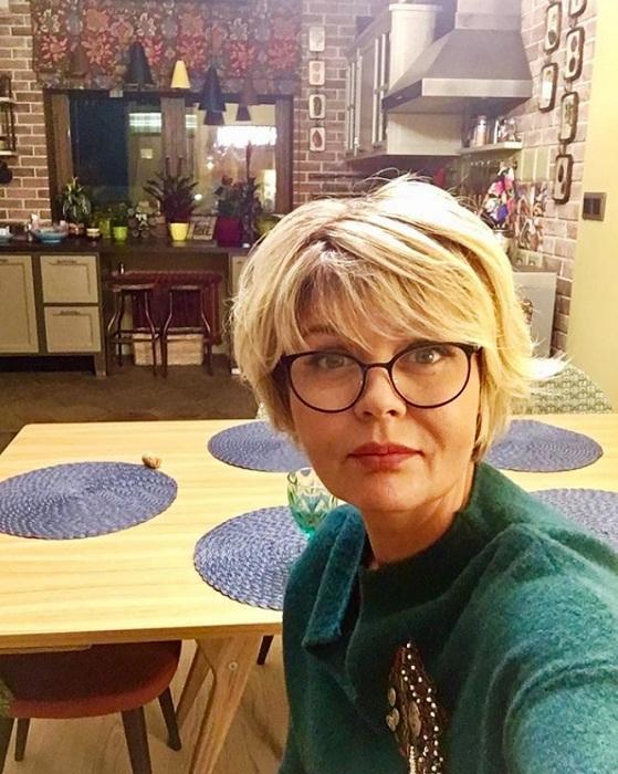 Юлия Меньшова на фоне своей обновленной столовой-кухни.