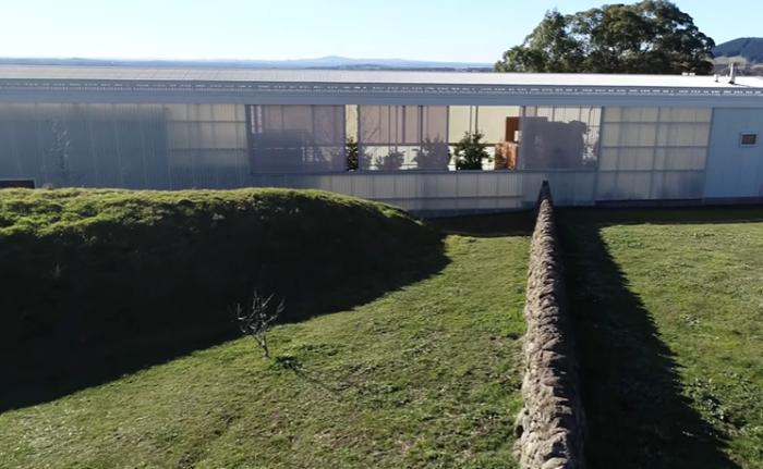 Вся дождевая вода, собранная на крыше, отправляется в специальные резервуары («Longhouse», Австралия). | Фото: realestate.com.au.