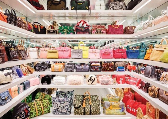 Огромный шкаф-гардеробная для сумочек был сделан на заказ. | Фото: jetsetter.ua.