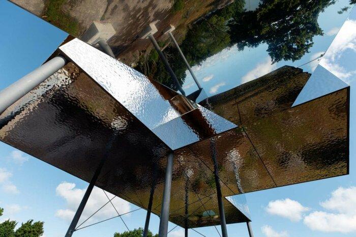 Полированная сталь на стенах и высокие сваи создают иллюзию парящего домика («SynVillan», «Eriksberg»). | Фото: newatlas.com.