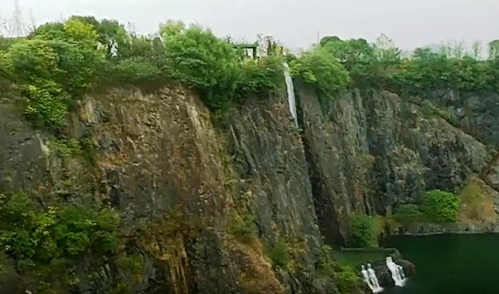 Карьер наполнили водой, создали водопады и небольшие фонтаны посреди искусственного озера (Отель Songjiang InterContinental).