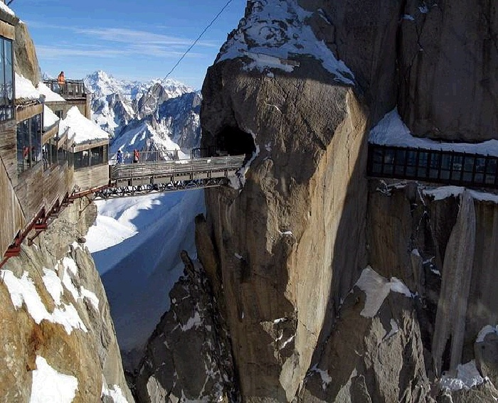 С высоты 3842 метра можно любоваться вершинами Альп трех стран (Мост Aiguille du Midi, Франция). | Фото: lifeglobe.net.