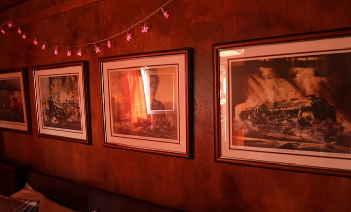 Фотографии моделей поездов, которые в разное время курсировали по просторам Северного Йоркшира украшают стены номера «Flying Yorkshireman» (Харрогейт, Великобритания). | Фото: youtube.com/ © Caters Clips.