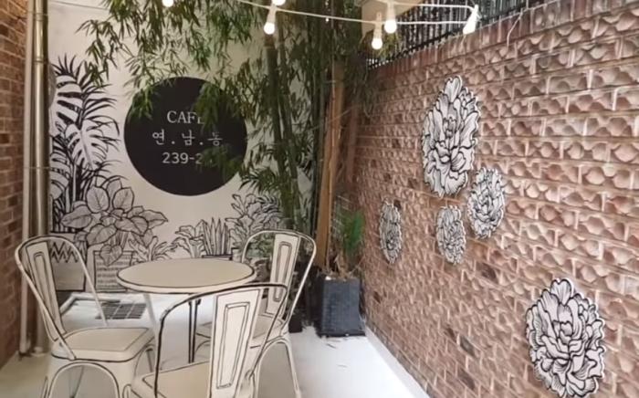 Лишь на крошечном патио в «нарисованном» интерьере кафе можно сразу уловить реальные очертания мебели («2D Cafe», Токио). | Фото: youtube.com/ Emem Makawili.
