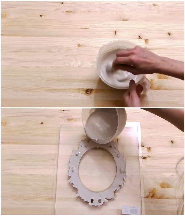 Для создания декоративных элементов нужно подготовить раствор гипса и быстро залить пластиковые/силиконовые формы. | Фото: youtube.com/ © DrujkaLena.