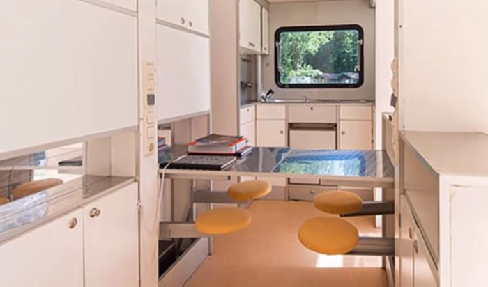 Кухонные столы можно трансформировать в удобное рабочее место или обеденную зону для детей. | Фото: youtube.com/ Wheelyhouse.