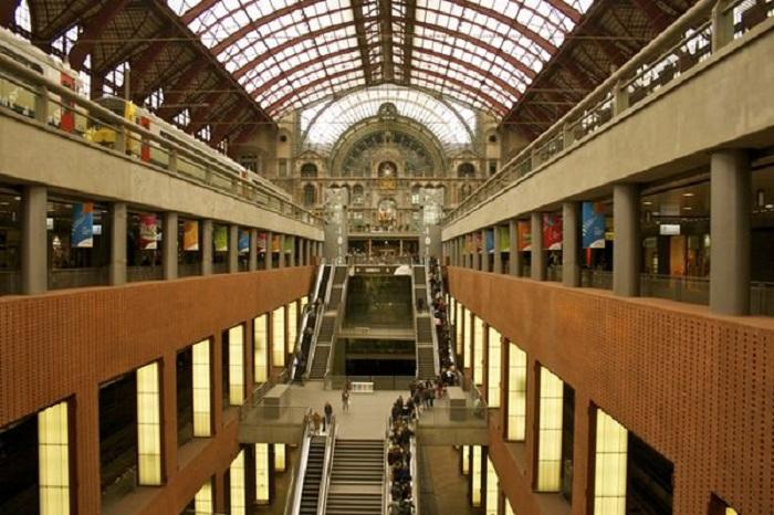 186-метровый свод из стекла и стали (Вокзал Антверпен-Центральный).