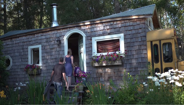 Уже несколько лет семья живет в своем «кедровом коттедже» на берегу озера.