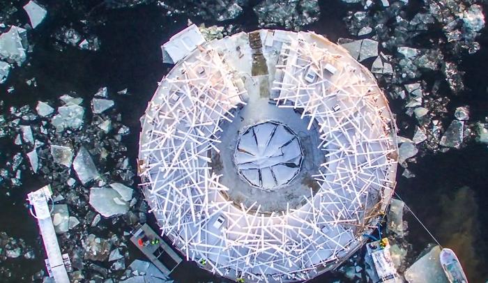 В Швеции открылся арктический отель «Arctic Bath» с плавающей баней, больше похожей на воронье гнездо. | Фото: youtube.com/ © Spa Opportunities video.