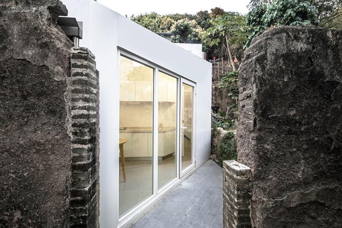 Благодаря большим окнам в новый дом Plugin House внутри полуразрушенного здания попадает много солнца (модуль в 20 кв.метров). | Фото: designboom.com.