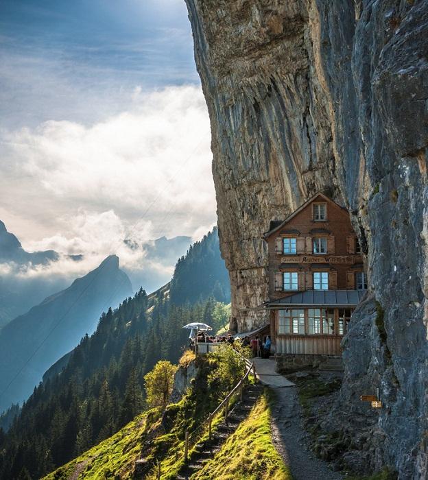 Попасть в такой отель можно по канатной дороге или туристическими тропами (Отель Аscher Cliff).