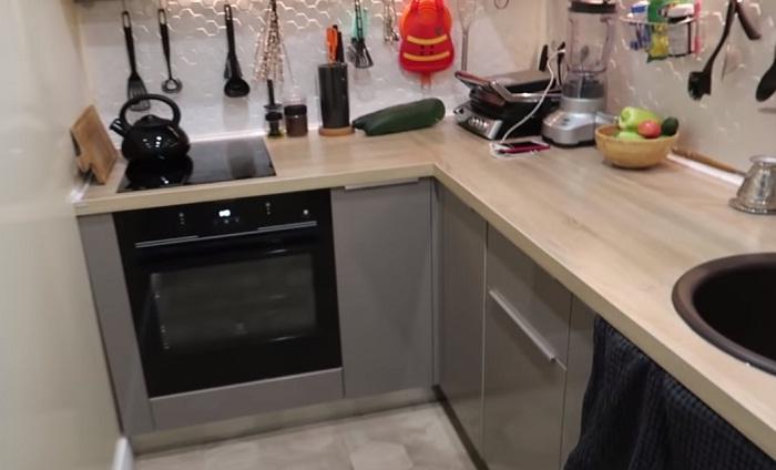 В кухне-коридоре поместились варочная поверхность и духовка. | Фото: youtube.com.