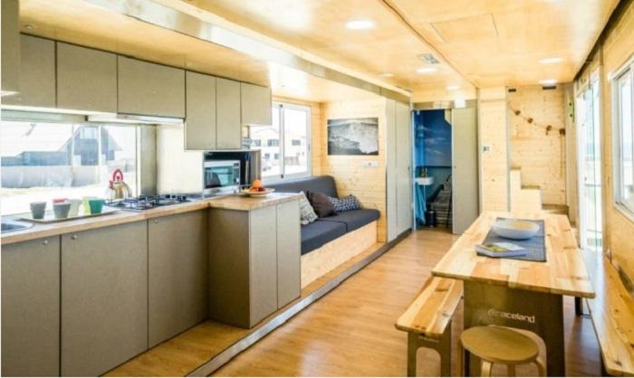Внутренняя отделка и мебель отеля сделаны только из натуральных материалов.
