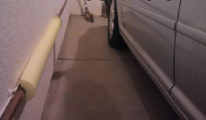 Поролоновый ограничитель поможет сохранить в целости и сохранности ваш автомобиль. | Фото: tastefullyoffensive.com.