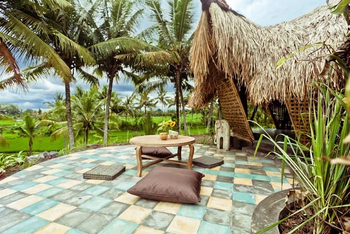 Бамбуковый эко-коттедж на рисовых полях (Индонезия).