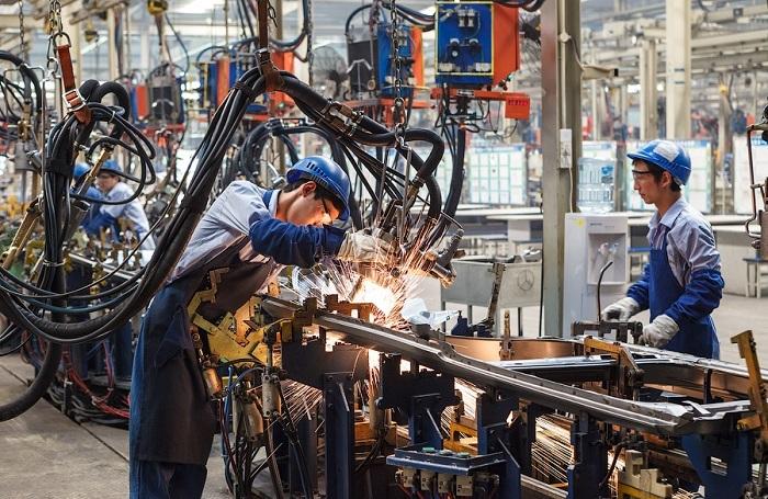 Все трудоспособное население работает на своих заводах и фабриках.