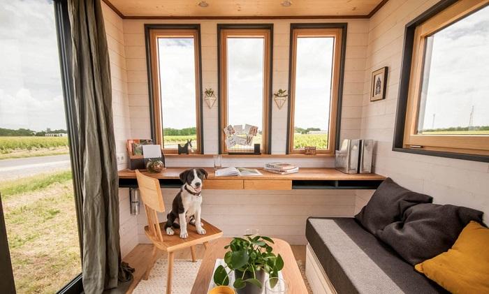 Крошечный домик на колесах уже обживает главный эксперт – пес («Intrepide», Франция). | Фото:  newatlas.com/  © Vincent Bouhours.