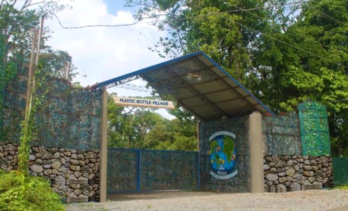 Деревня Plastic Bottle Village, в которой планируют построить 120 пластиковых домов и всю инфраструктуру (о. Бокас-дель-Торо, Панама). | Фото: youtube.com.