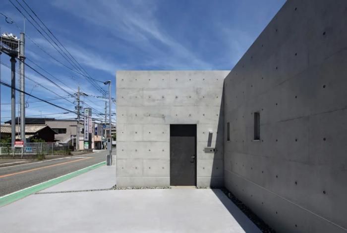 «House in Shime» разместили у кромки уличного тротуара (Фукуока, Япония). | Фото: designboom.com.