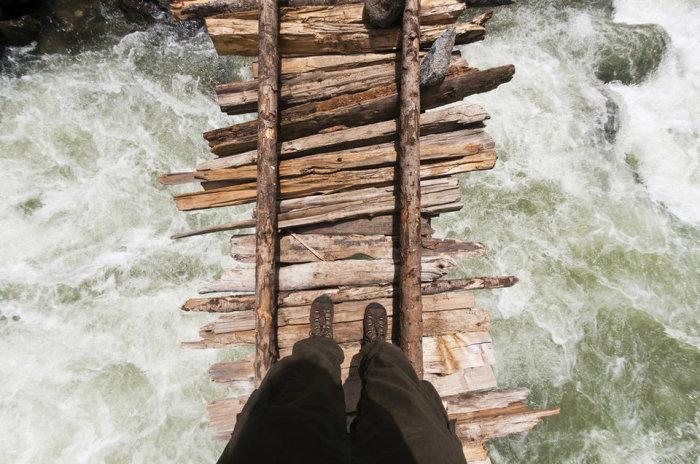 Мост через разлившуюся реку недалеко от Кашмира (Индия). |Фото: cameralabs.org.