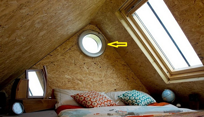 Окно в спальне сделали из окошка стиральной машинки.