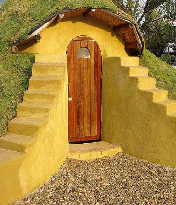 Установленная дверь домика.