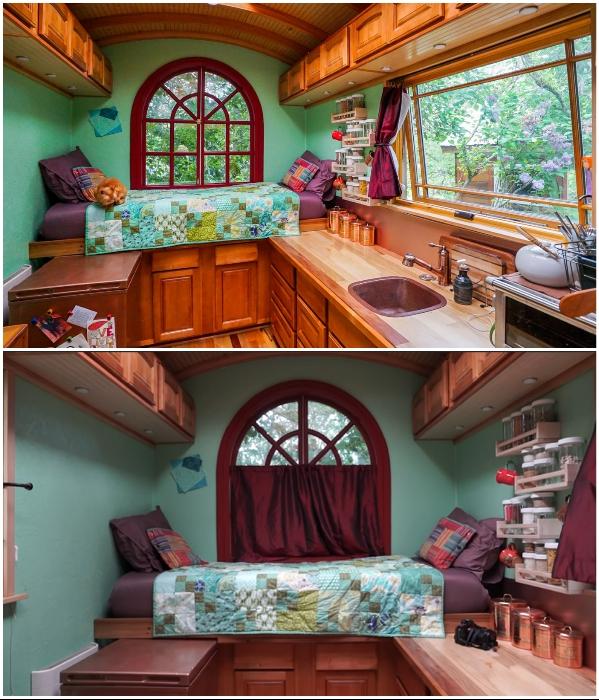 Кровать расположена на подиуме, под которым спрятана мини-гардеробная («Lucky Penny», США). | Фото: tinyhousegiantjourney.com./ youtube.com, © Tiny House Giant Journey.