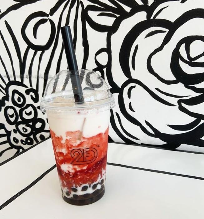 В таком «эскизном» интерьере яркие десерты смотрятся нереально красиво («2D Cafe», Токио). | Фото: lifter.com.ua.