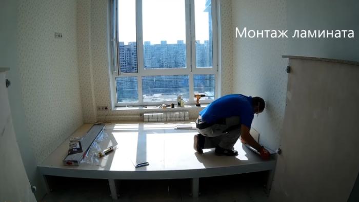 Мастер на свою конструкцию установил ламинат. | Фото: youtube.com.