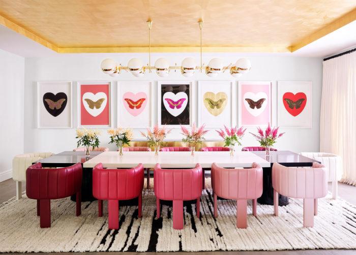 Кресла в гостиной-столовой оформлены в том же цвете, что и тона губной помады из последней коллекции Kylie Cosmetics. | Фото: cosmopolitan.com.