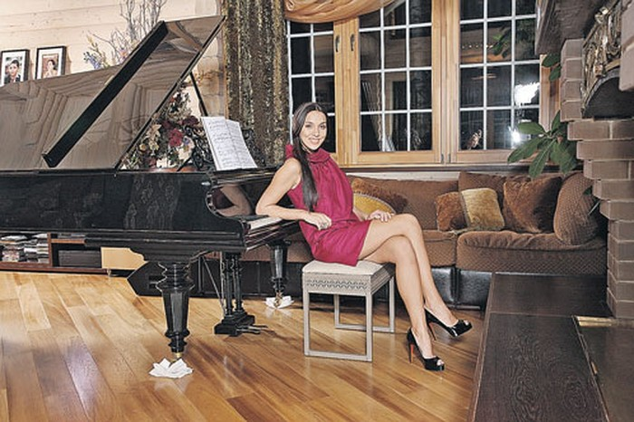 Рояль стал главным украшением гостиной. | Фото: oooarsenal.ru.
