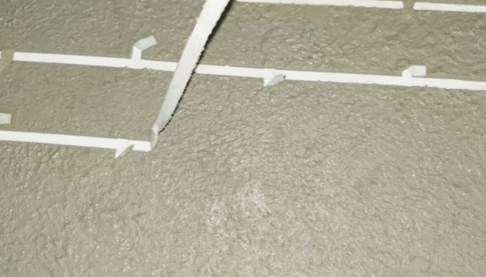 Снимать полоски малярной ленты нужно очень аккуратно пока материал не высох. | Фото: youtube.com/ © #Твойдом.