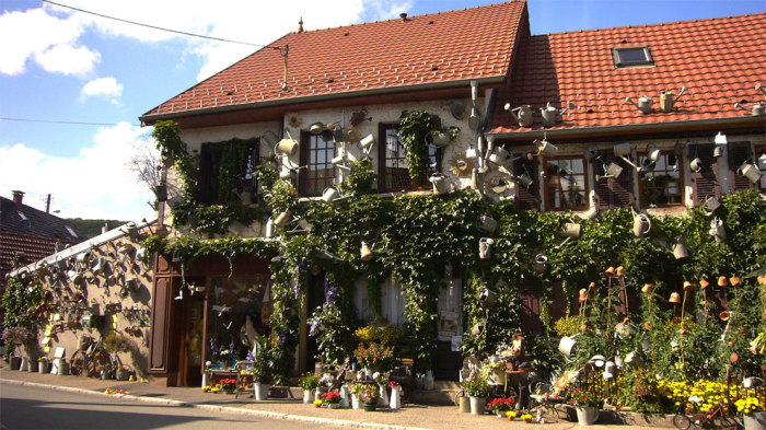 Необычная цветочная лавка стала единственной достопримечательностью деревеньки Ружмон-ле-Шато. | Фото: designyoutrust.com.