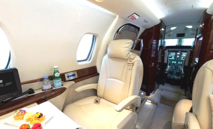 Интерьер салона бизнес-лайнера Cessna Citation Sovereign выдержан в бело-золотистых тонах. | Фото: prm.ua.